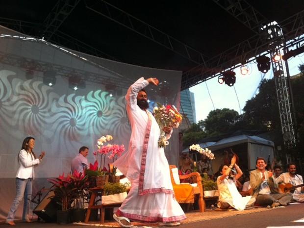 Sri Sri Ravi Shankar acena para o público (Foto: Guilherme Brito / G1)