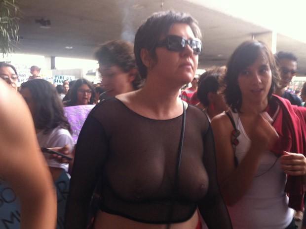 Mulher protesta com blusa transparente (Foto: Rafaela Céo / G1)