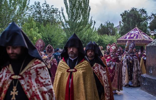 Membros da Igreja Apostólica Armênia fazem cerimônia de canonização das 1,5 milhões de vítimas do genocídio armênio em 1915 (Foto: Brendan Hoffman/Getty Images)