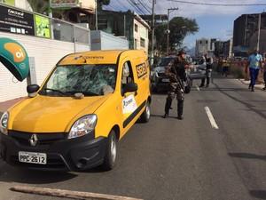 Carro dos Correios é apedrejado e carga é roubada em Vitória (Foto: Fabio Linhares/ TV Gazeta)