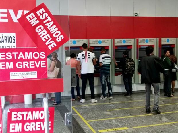 Com a greve, população utiliza os caixas eletrônicos (Foto: Heloise Hamada/G1)