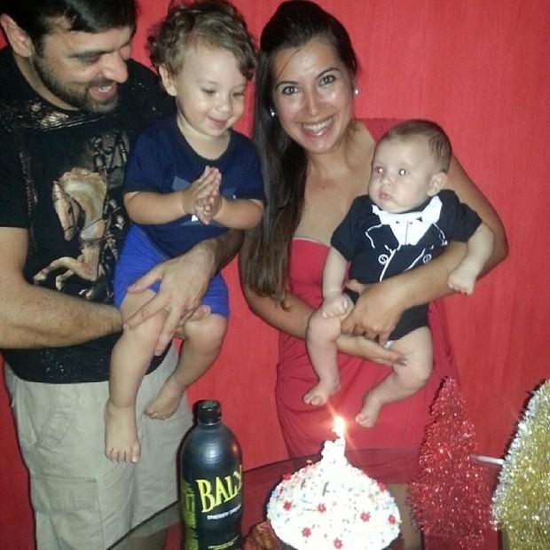 Ex-BBB Priscila com os filhos Pietro e Gabriel e o marido, Bruno Andrade, em festa (Foto: Instagram/ Reprodução)