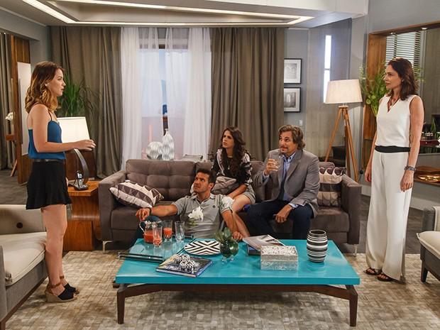 Laura janta com a família de Úrsula e Marcelo (Foto: Artur Meninea/Gshow)