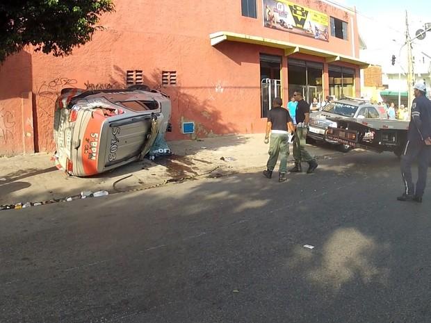 Segundo veículo foi jogado na calçada  (Foto: TV Verdes Mares/Reprodução)
