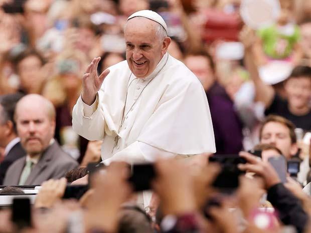 Papa Francisco acena para milhares de pessoas ao chegar para sua última missa neste domingo (27) em palco montado na Filadélfia (Foto: REUTERS/Matt Rourke/POOL)