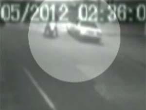 Câmeras de segurança flagraram policial rodoviário atirando em vítima em Barretos.  (Foto: Reprodução/EPTV)