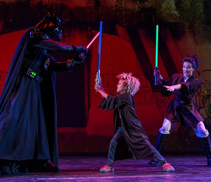 A bordo dos navios, sua família encontra personagens e participa de shows, como o Jedi Trials of the Temple, em que as crianças podem até lutar com Darth Vader (Foto: Disney Cruise Line)