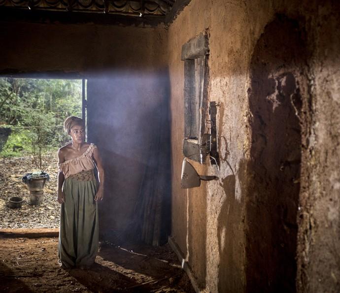 Blandina fica apavorada ao ver a parede onde estava o corpo de Terenciano vazia (Foto: Felipe Monteiro/Gshow)