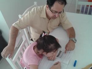 Além do ensino regular e do acompanhamento especializado, Anna Heloisa estuda em casa na presença do pai (Foto: Alessandro Guedes/ arquivo pessoal)