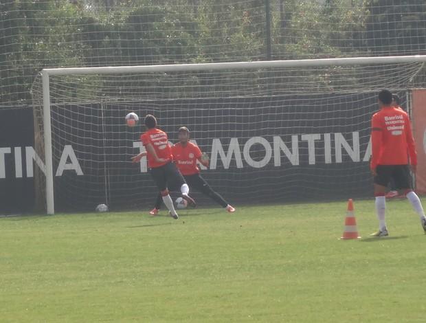 Inter trabalha chutes a gol no CT Parque Gigante (Foto: Tomás Hammes / GLOBOESPORTE.COM)