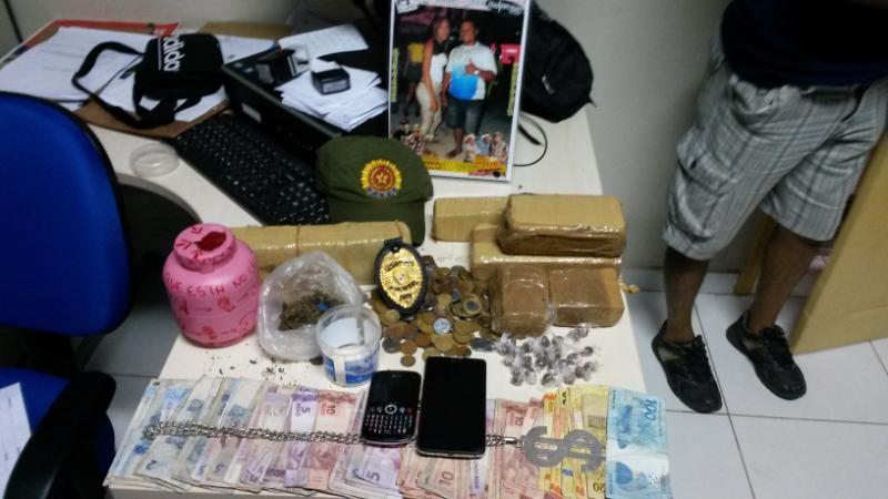 Drogas, dinheiro e aparelhos eletrônicos encontrados na casa do suspeito. (Foto: Divulgação/ Polícia Civil)