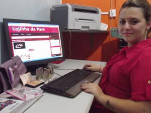 Pâmela, de apenas 16 anos, vende produtos de beleza em uma lojinha virtual no Facebook (Foto: Arquivo Pessoal)