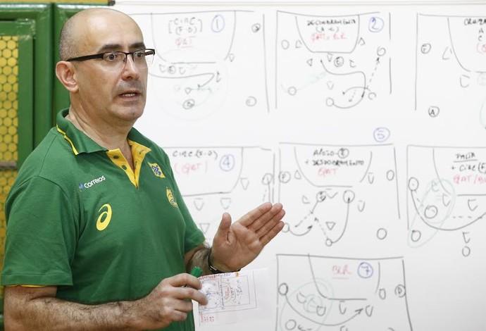 Jordi Ribera passa orientações para os jogadores da seleção (Foto: Wander Roberto/Inovafoto)