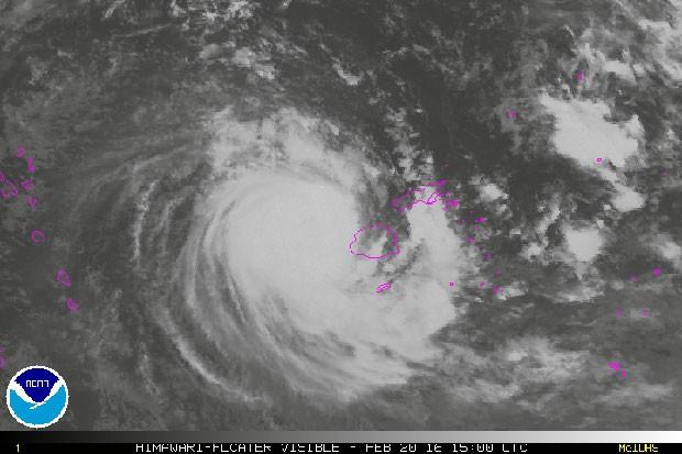 Ciclone tropical Winston de força 5 atinge principal ilha de Fiji com ventos de 220 km/h e rajadas de até 315 km/h.  (Foto: National Oceanic e Atmospheric Administration / France Presse)