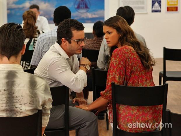 Luiza (Bruna Marquezine) tenta deixar o tio mais tranquilo durante a reunião (Foto: Carol Caminha/TV Globo)