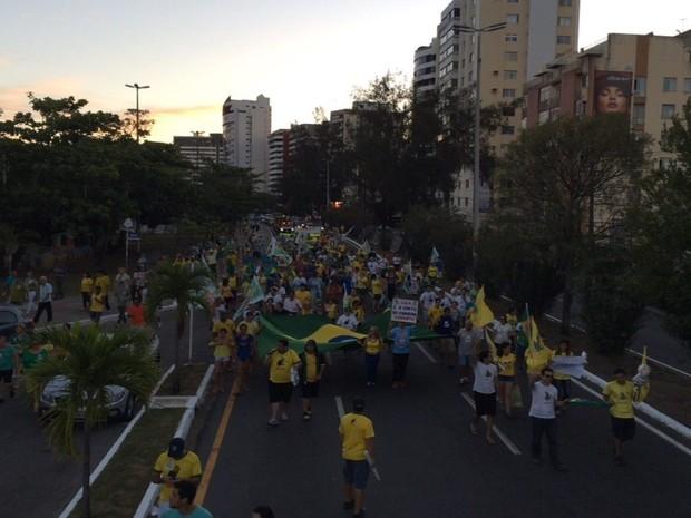 ARACAJU (SE) - Após cerca de duas horas concentrados no Mirante da 13 de Julho, os manifestantes iniciaram uma caminhada e retornaram ao ponto de partida, onde cantaram o Hino Nacional e encerraram o ato (Foto: Tássio Andrade/G1)