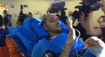 Neto acena na chegada ao hospital: jogador recebeu muito carinho (Foto: Alexandre Lozetti)