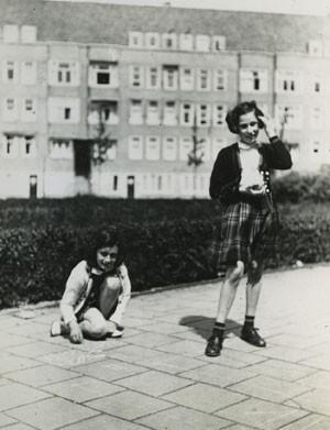 Foto divulgada pelo Museu Anne Frank mostra a adolescente judia, à esquerda, brincando com a amiga Hanneli Goslar em Amsterdã em maio de 1941 (Foto: Anne Frank House Amsterdam/AP)