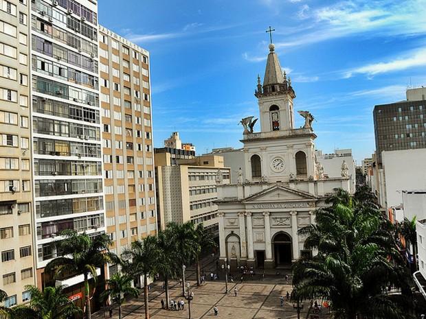 Catedral Metropolitana de Campinas cercada de prédios (Foto: Carlos Bassan/Divulgação Prefeitura de Campinas)