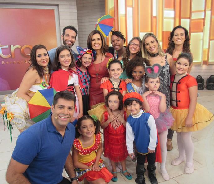Fátima Bernardes recebu crianças com fantasias fofas de Carnaval (Foto: Priscilla Massena/Gshow)