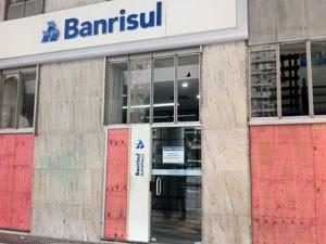 Bancos também utilizam tapumes de madeira na fachada para proteção. (Foto: Cristiane Cardoso/G1)