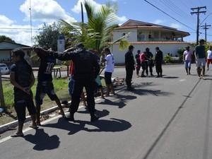 Policiais fazem revistas na entrada dos balneários (Foto: Maiara Pires/G1)