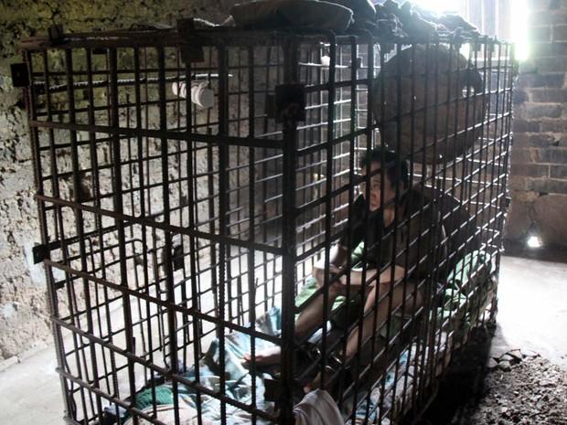 Wu Yuanhong um chinês de 42 anos com problemas mentais é mantido em uma jaula há mais de uma década por sua família depois de ter matado uma criança por espancamento, informou a imprensa local. (Foto: AFP)