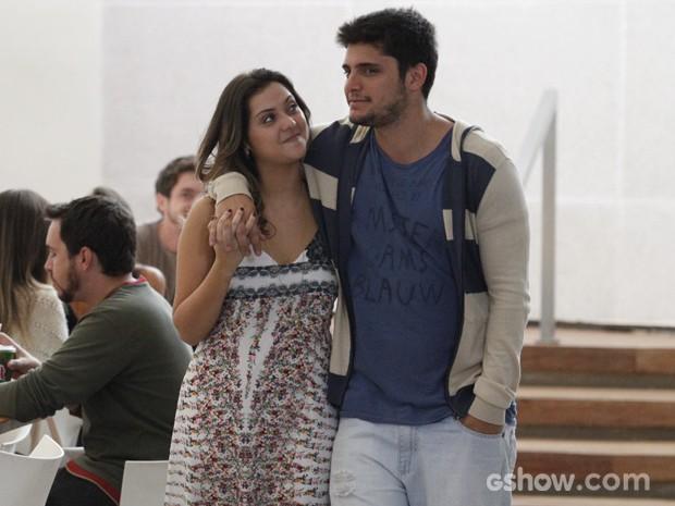 Bárbara e André estão cada dia mais apaixonados, né (Foto: Raphael Dias/TV Globo)