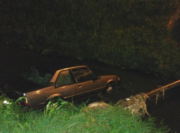 Veículo foi parar dentro do córrego (Foto: TEM Você)