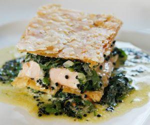 Mil folhas de salmão com espinafre e caviar