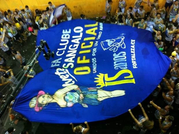 Fãs de Ivete levaram faixa em formato de coração para o corredor da folia (Foto: Gabriela Alves/G1)