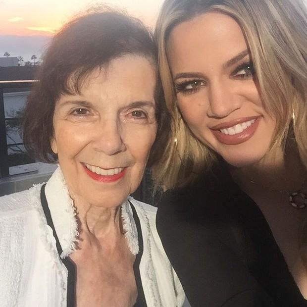 Mary Jo Shannon e Khloe Kardashian em restaurante em Los Angeles, nos Estados Unidos (Foto: Instagram/ Reprodução)