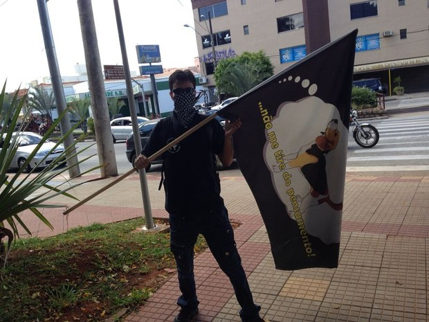 Manifestante com bandeira em praça de São Roque (Foto: Jéssica Pereira/ Arquivo Pessoal)