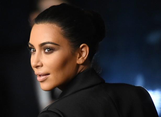 """Pobre Kim Kardashian. Às vezes, a socialite não consegue escolher o que vestir e aí se sente muito pouco atraente. """"Não me considero tão sexy quanto todo mundo acha. Sou muito mais insegura do que as pessoas pensam, mas com coisinhas idiotas. Ao me vestir, fico sempre tão indecisa"""", disse ela à revista 'Glamour' dos EUA. (Foto: Getty Images)"""