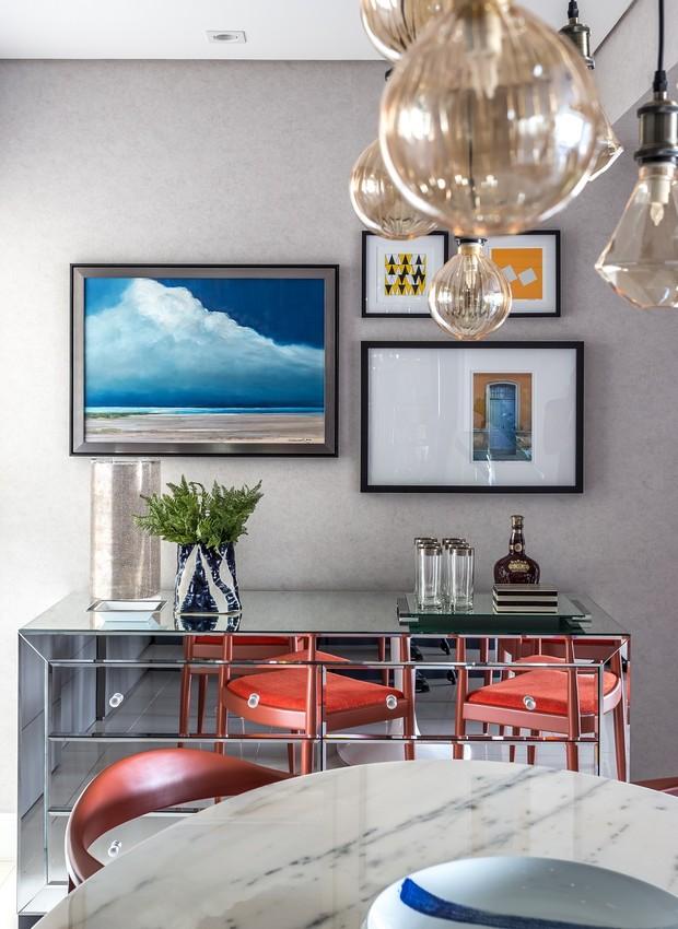 sala-de-jantar-aparador-quadros-luminarias (Foto: Eduardo Macarios/Divulgação)