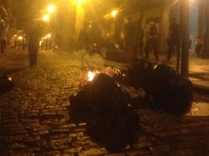 Amontoados de lixo nas calçadas foram incendiados (Foto: Daniel Silveira / G1)