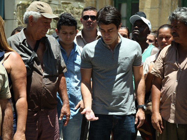 Fernando esconde um dos pedaços do talismã de Zé no bolso (Foto: Carol Caminha/GShow)