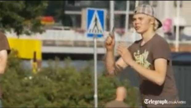 O finlandês Ere Karjalainen atira o celular para vencer o torneio de lançamento de telefones (Foto: Reprodução)
