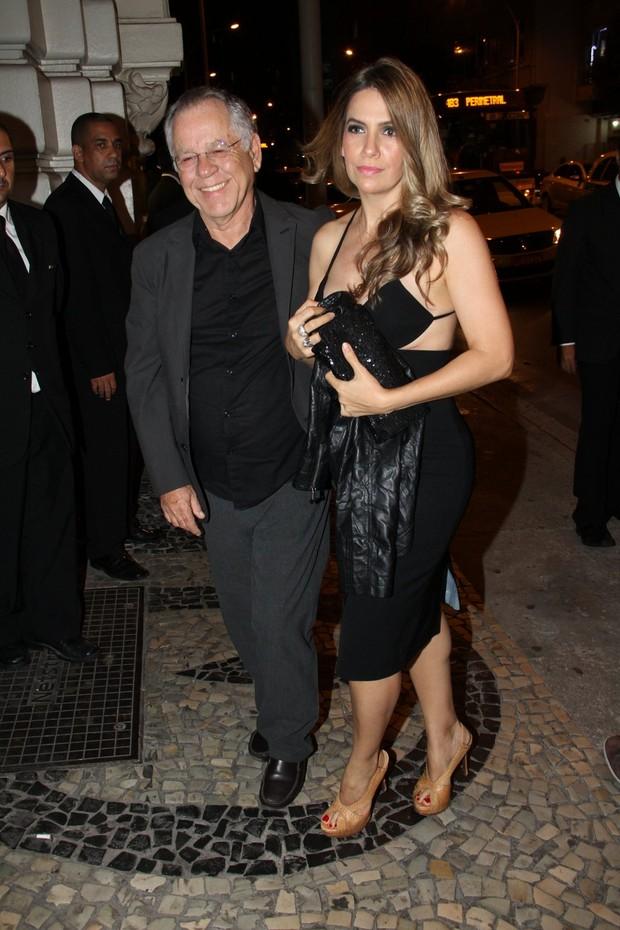 Nelson Motta com a mulher (Foto: THYAGO ANDRADE/FOTO RIO NEWS)