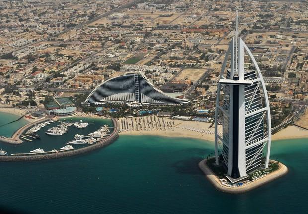Vista do Burj al Arab nos Emirados Árabes (Foto: Wikimedia Commons/Wikipedia)