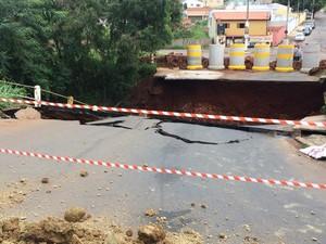 Ponte era uma das principais vias de acesso a Tatuí  (Foto: Vander Maques Junior/TV TEM)