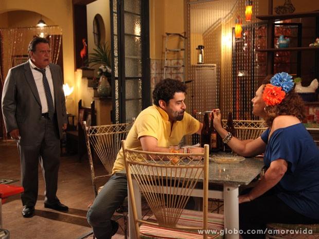 Atílio fica indigando ao achar qeu Márcia está de caso com Rinaldo (Foto: Jacson Voguel/Tv Globo)