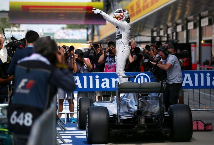 Lewis Hamilton sobe na Mercedes e aponta para torcida após fazer a pole position para o GP da Inglaterra (Foto: Getty Images)