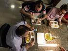 Governador de MT e secretários almoçam em marmita durante reunião