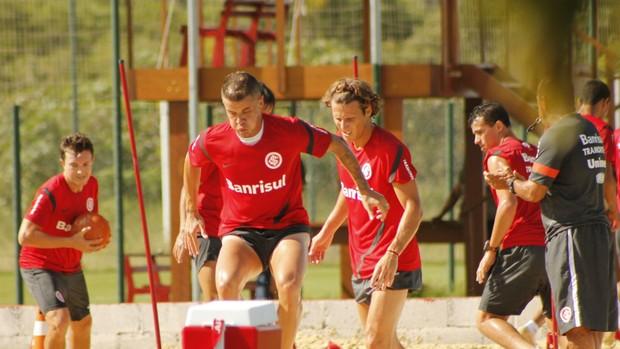 Diego Forlán, D'Alessandro e os demais jogadores treinam na caixa de areia (Foto: Diego Guichard / GLOBOESPORTE.COM)