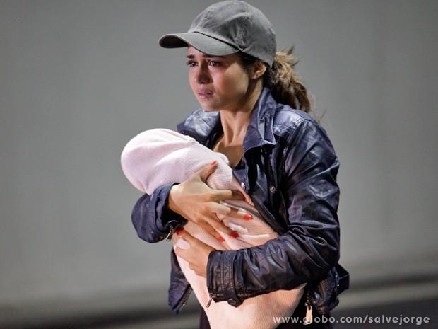 Morena foge da máfia com Jéssica Vitória nos braços (Foto: Salve Jorge/TV Globo)
