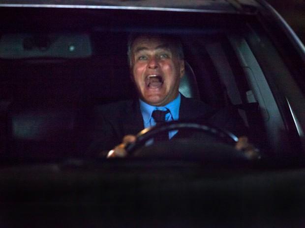 Pedro se desespera quando perde o controle do carro (Foto: Fabiano Battaglin / Gshow)