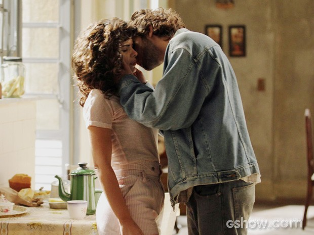 José Alfredo dá um beijo em Eliane (Foto: Raphael Dias/TV Globo)
