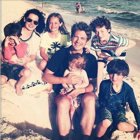 Taylor Hanson, sua esposa Natalie Byrant e seus filhos (Foto: Instagram)