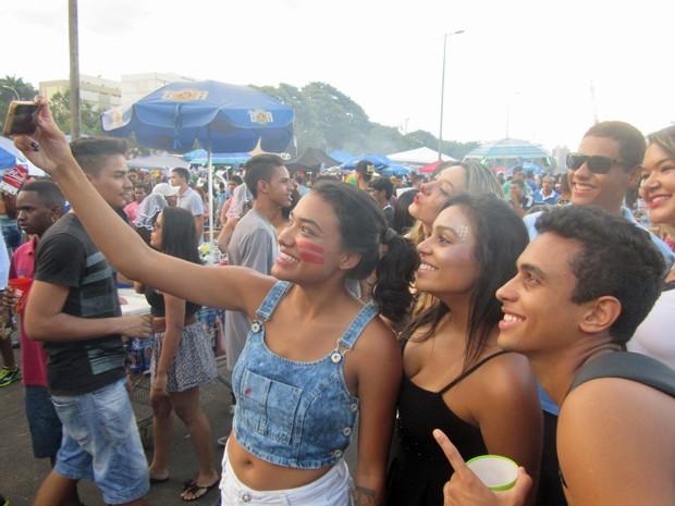 Grupo de amigos fazem selfie no bloco dos Raparigueiros, no Eixão Sul (Foto: Jéssica Nascimento/G1)